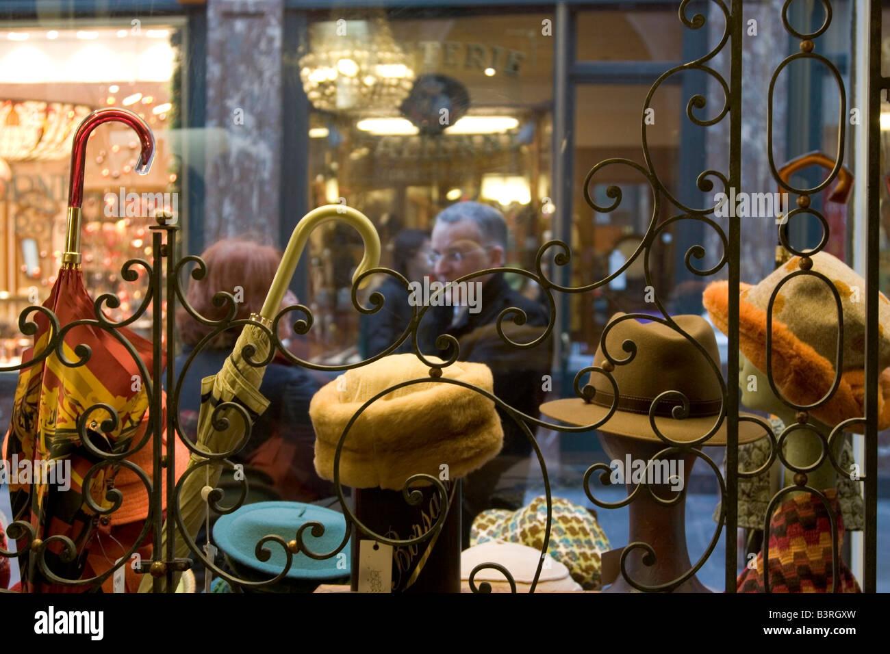 Boutique de produits en cuir pour hommes traditionnels gants, chapeaux et accessoires de mode sur les Galeries Royales Saint-Hubert à Bruxelles Belgique Banque D'Images