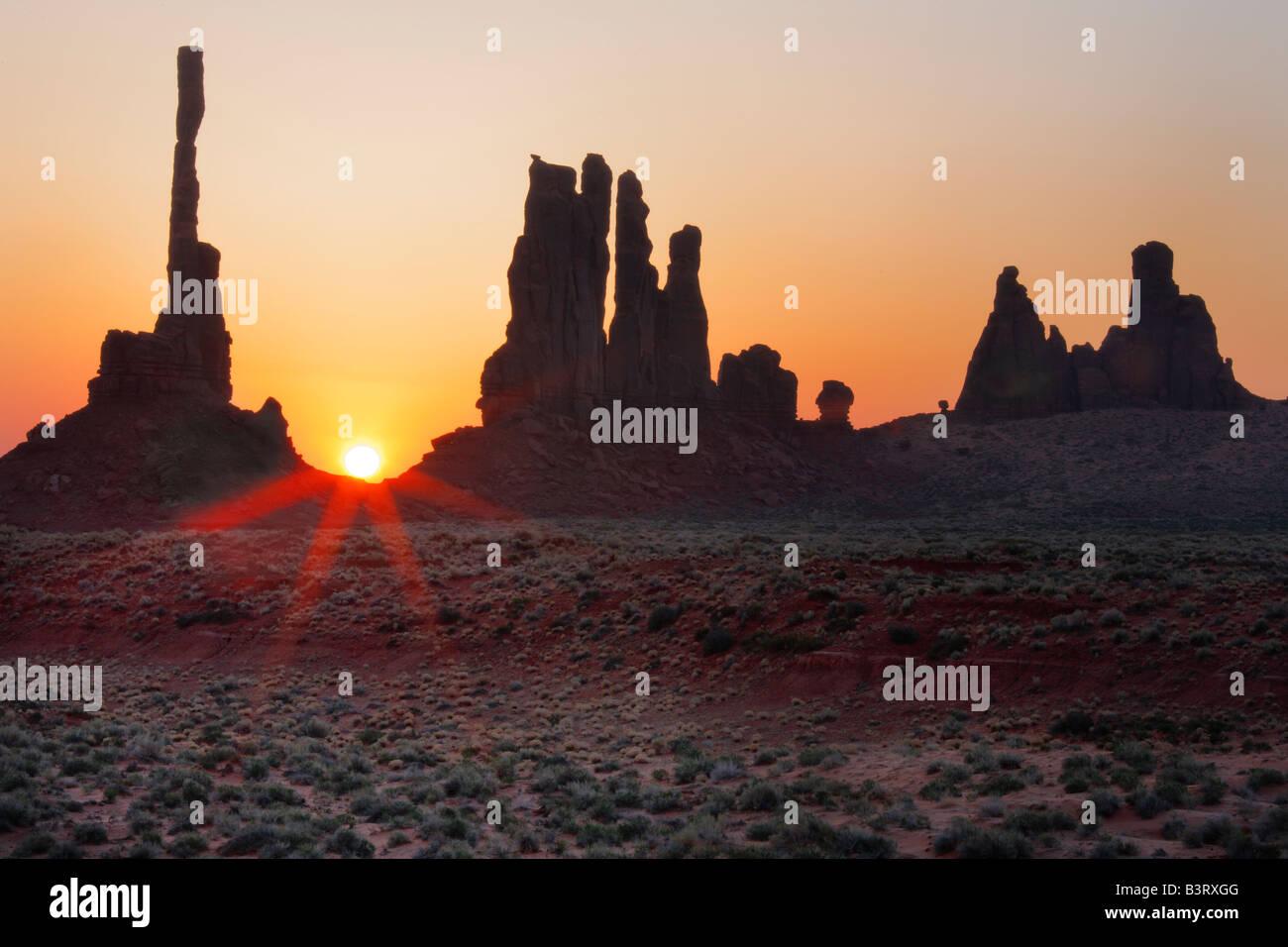 Lever du soleil à Yei-bi-chei rocks dans Monument Valley, Arizona Photo Stock