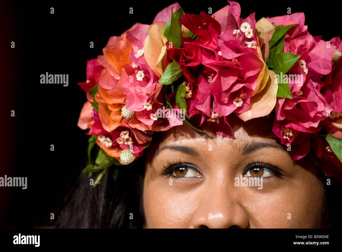 La Polynesie Francaise Une Couronne De Fleurs Sur La Tete D Une