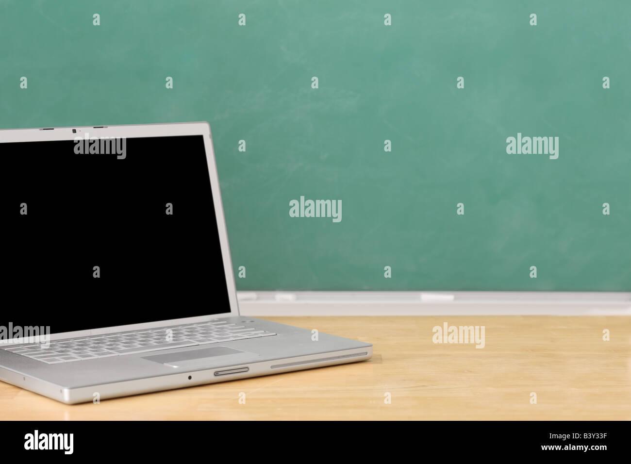 L'éducation scolaire still life with blank chalkboard et ordinateur portable Photo Stock