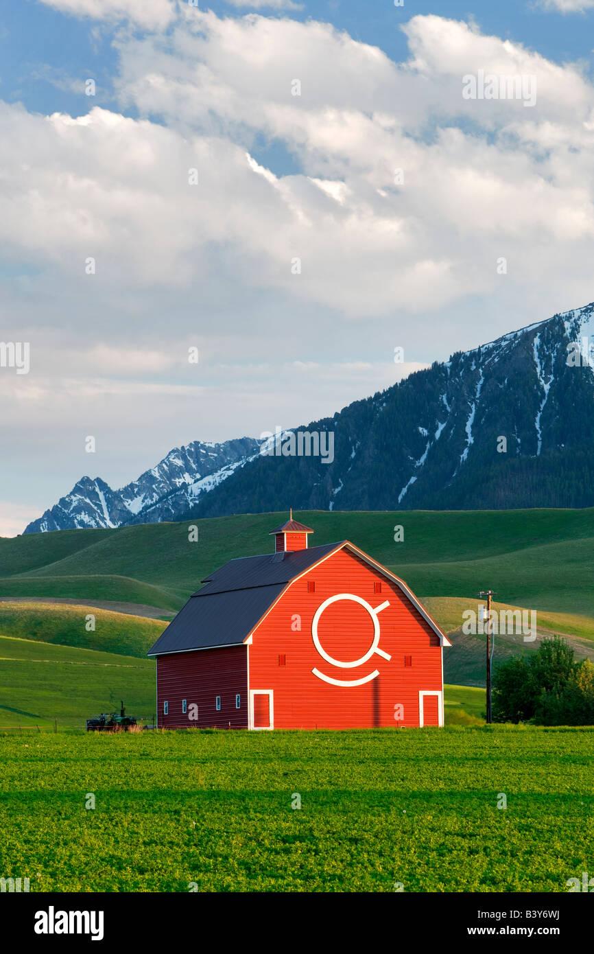 Grange avec montagnes Wallowa Joseph près de Oregon Banque D'Images