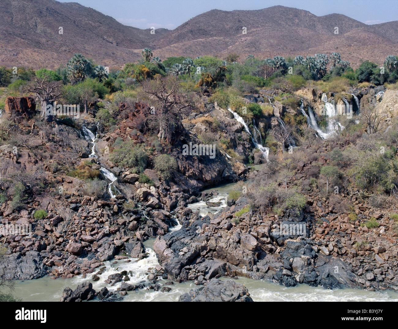 """La Namibie, Kaokoland, Epupa. Epupa Falls dans le nord-ouest de la Namibie sauvage sont une série de voies parallèles où la rivière Kunene tombe à 60 mètres dans un kilomètre et demi. Dans cette région éloignée, la rivière forme la frontière entre l'Angola et la Namibie. Epupa '' dans la langue Herero local signifie """"eaux chute'. Banque D'Images"""