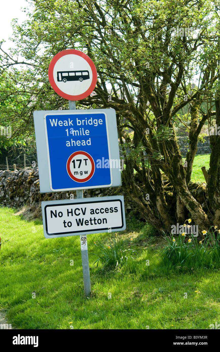 Panneau routier dans la campagne du Derbyshire montrant l'accès aux bus faible pont avec un poids brut Photo Stock
