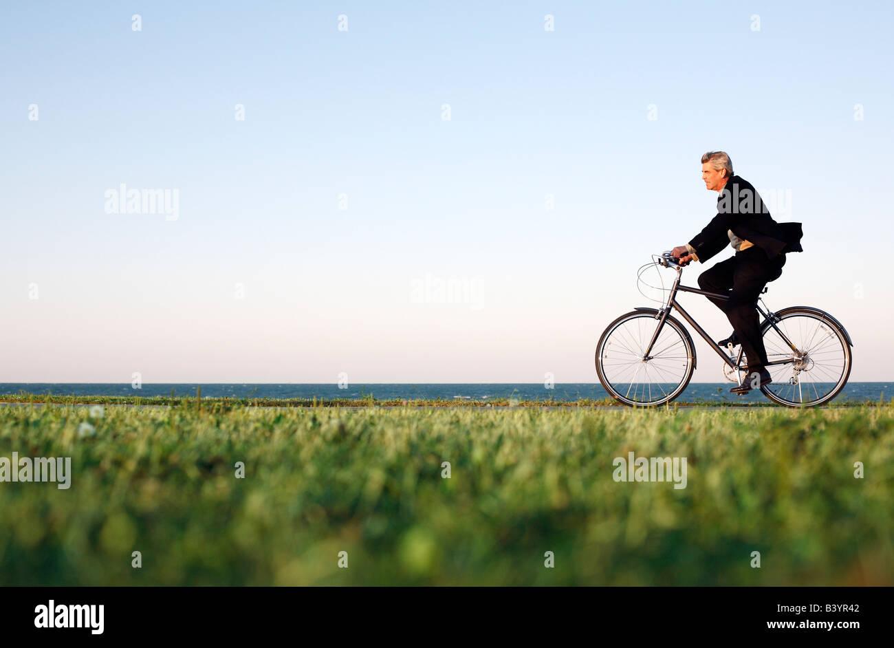 Tours de Vélo le long du lac de Chicago au crépuscule Photo Stock