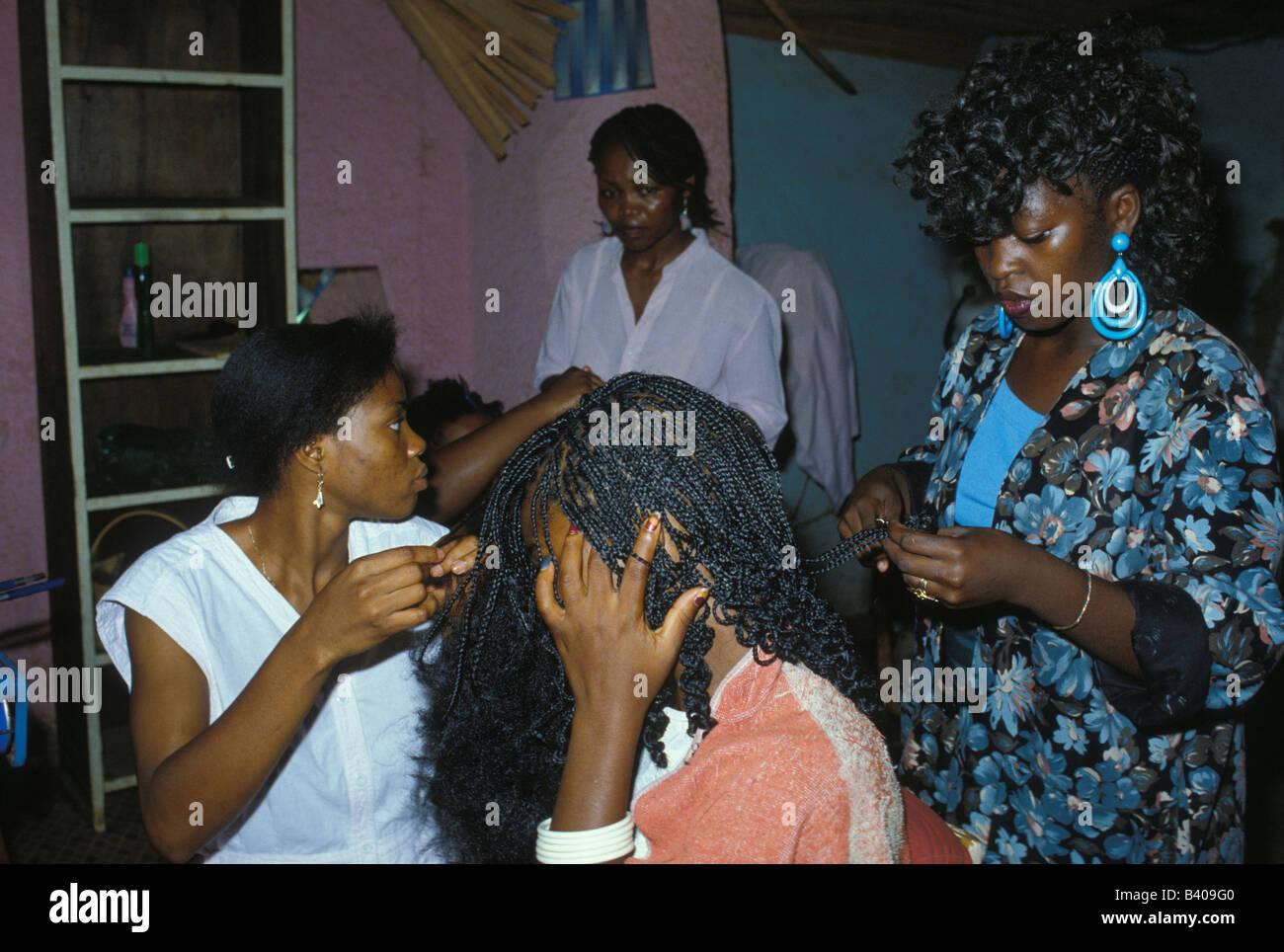 Les Femmes Congolaises Dans Un Salon De Coiffure Extensions De Cheveux Ayant Applique Kinshasa Republique Democratique Du Congo Photo Stock Alamy