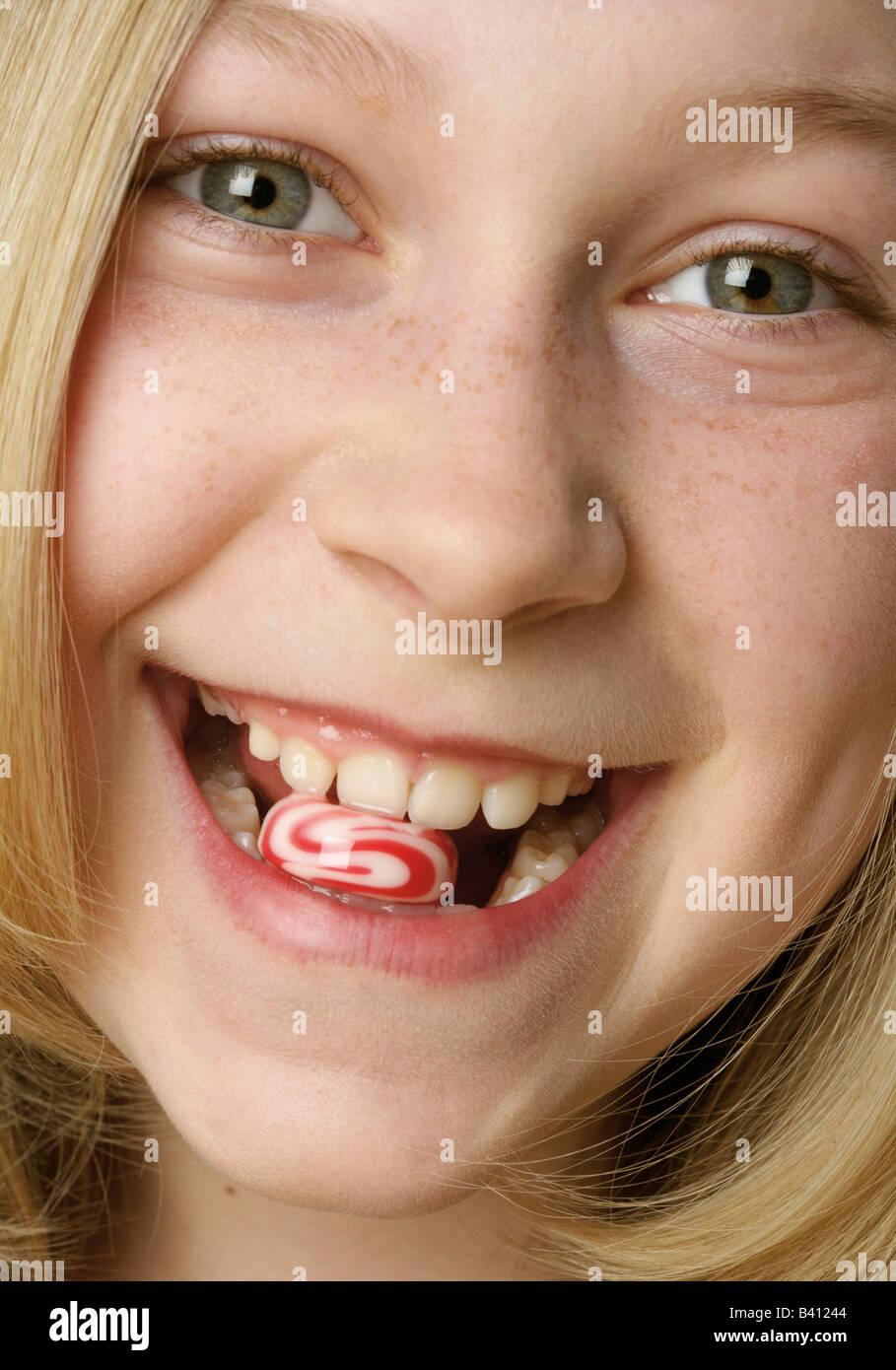 Girl (12-13 ans) avec des bonbons entre les dents Photo Stock