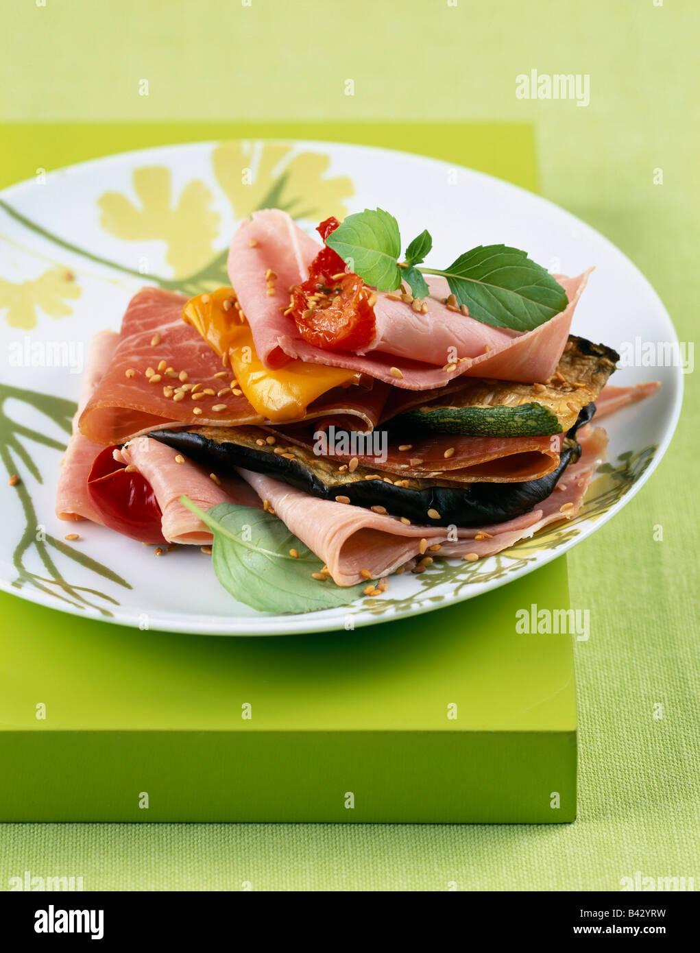 Couche de légumes grillés et jambon Banque D'Images