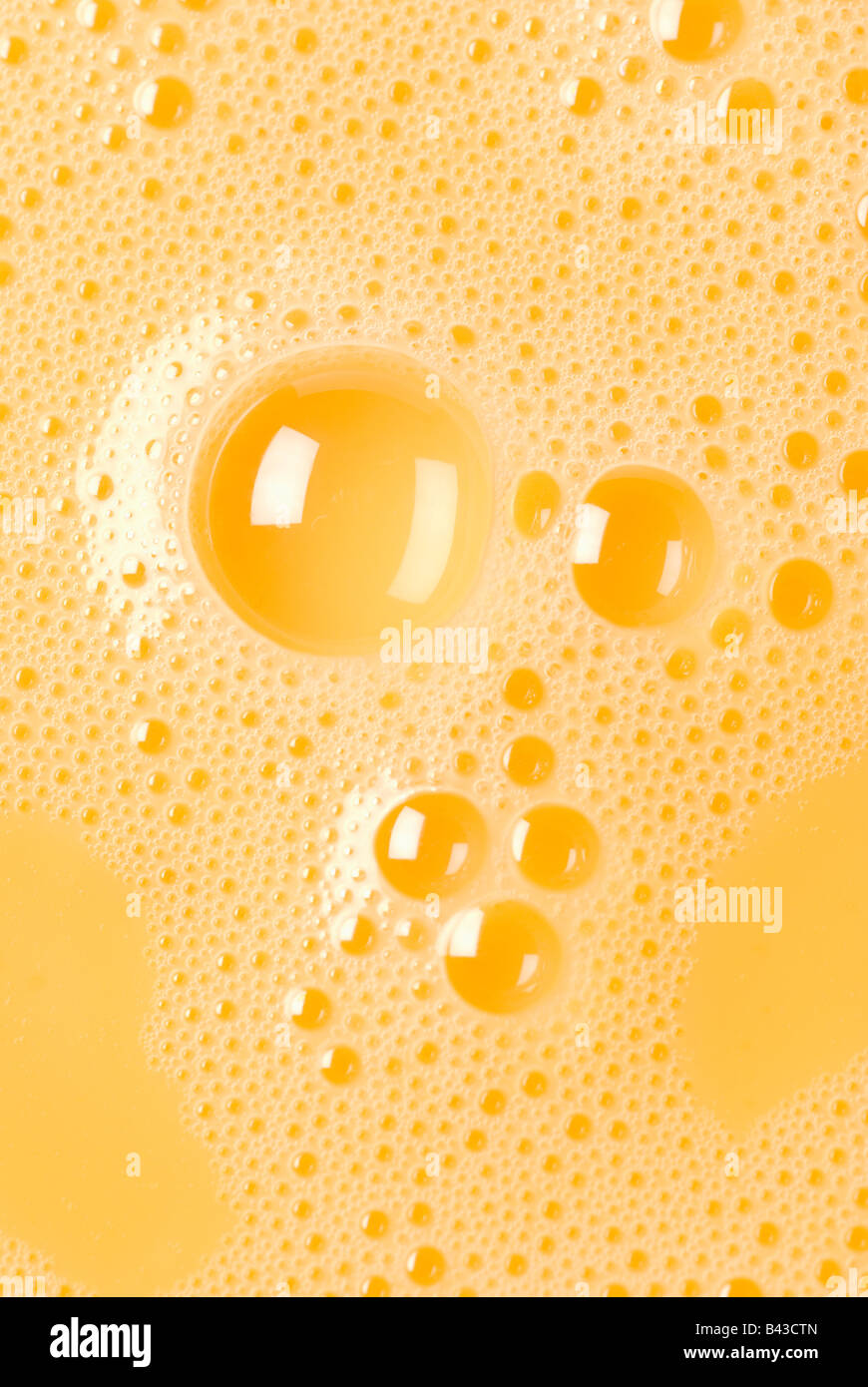 Close-up de jaunes d'oeufs battus avec bulles Banque D'Images