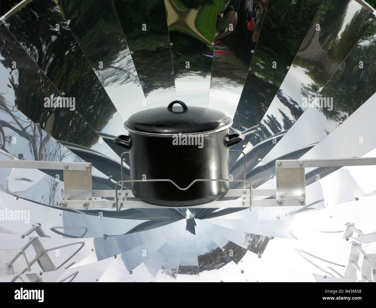 La cuisson à l'énergie solaire Photo Stock