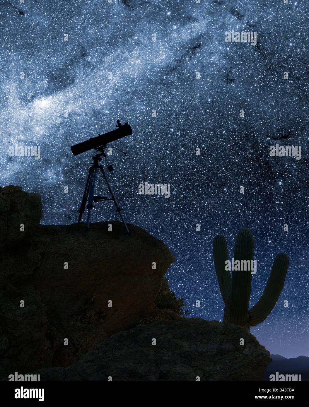 Un télescope pointé sur l'étoile à partir d'un endroit en montagne désert Photo Stock
