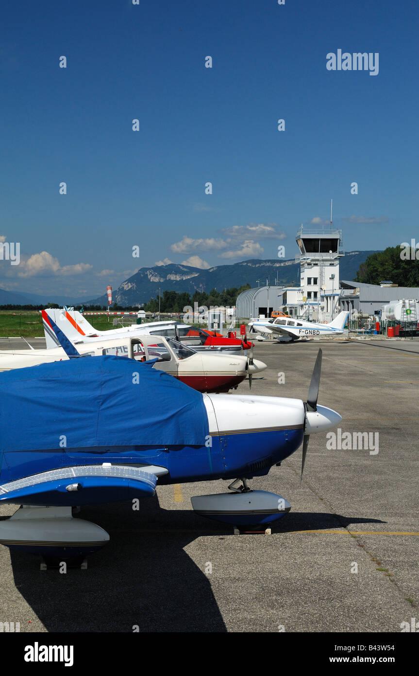 Avions privés sur le parking de l'aéroport de Chambéry Aéroport de Chambéry - Savoie Photo Stock