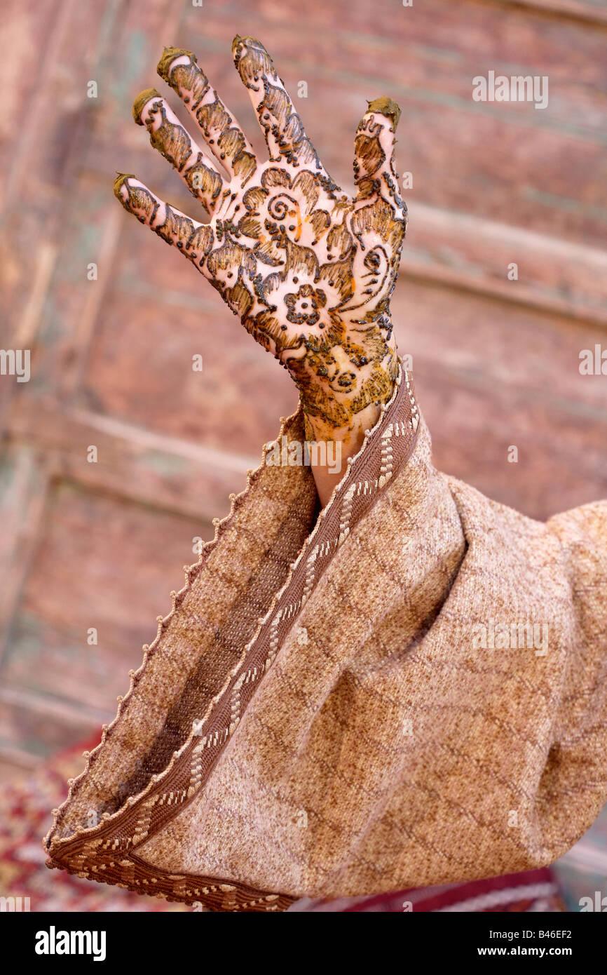 Fille berbère avec l'art corporel au henné sur ses mains Marrakech, Maroc Photo Stock