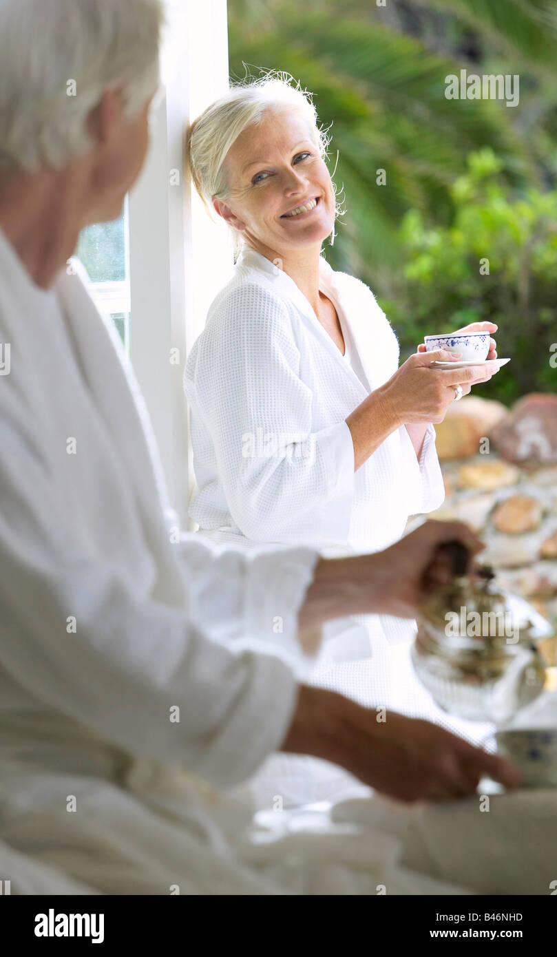 Couple de boire le café du matin sur la terrasse Banque D'Images