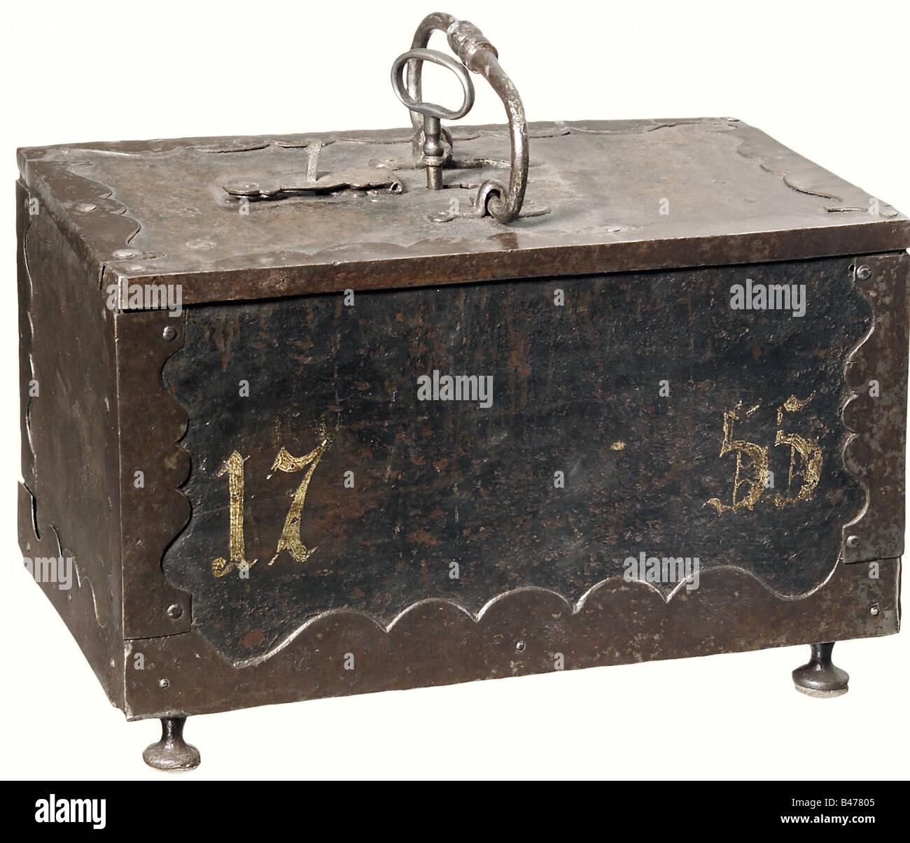 Un cercueil de fer allemand, datée du 1755. Un cercueil massif décoré de fer courbes fixations sur Photo Stock