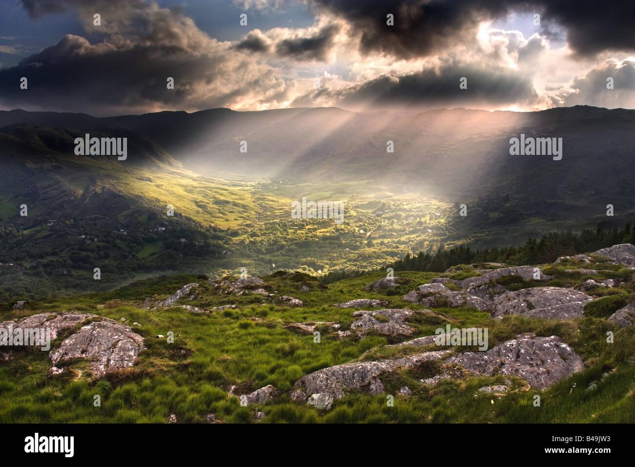 Les rayons du soleil sur la route entre Cork et Kerry, Irlande. Photo Stock