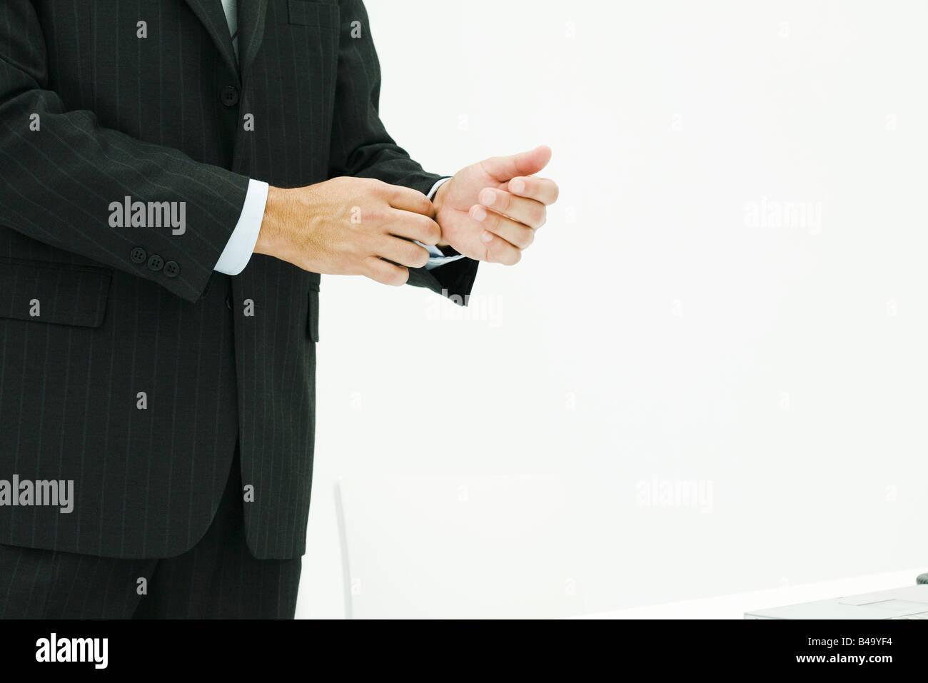 Man in suit, réglage de pression, cropped view Banque D'Images