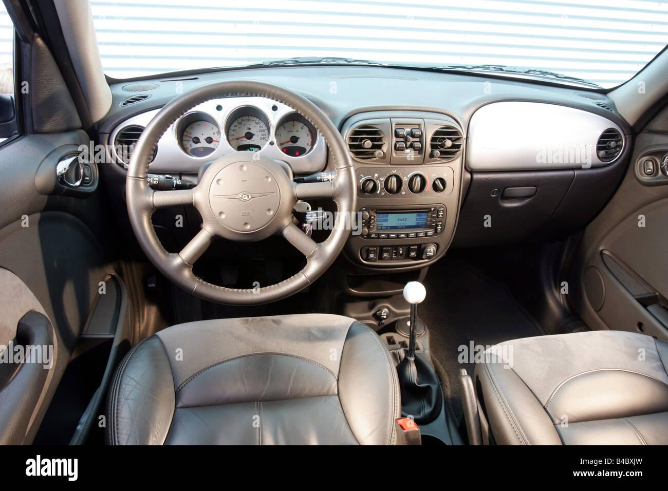 voiture chrysler pt cruiser 2 2 crd van l 39 argent l 39 ann e de mod le 2003 vue de l 39 int rieur. Black Bedroom Furniture Sets. Home Design Ideas