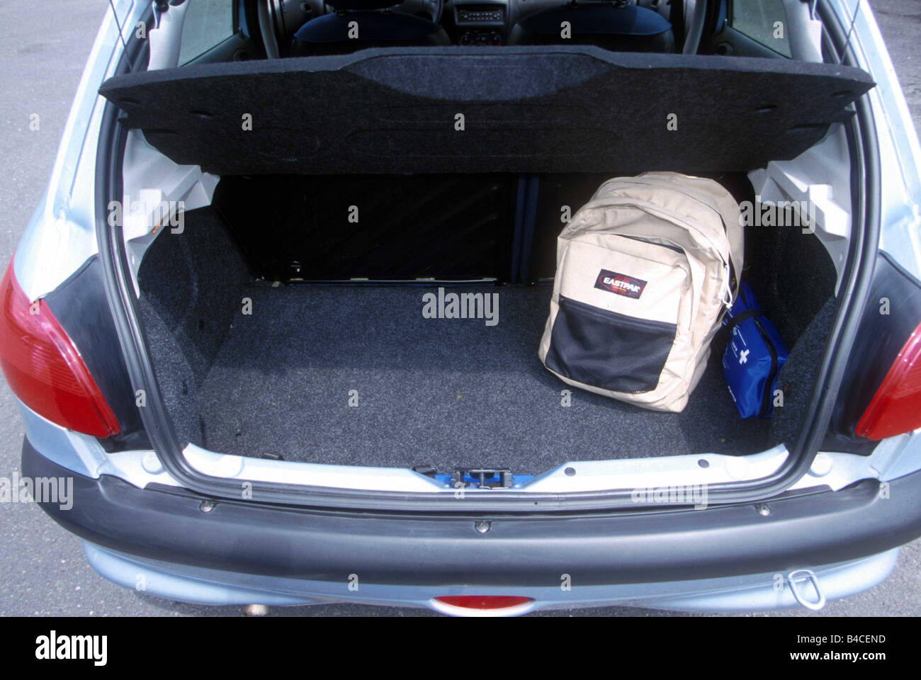Voiture, Peugeot 206 HDI, Limousine, petite env., l\u0027année de modèle 1998 et  2003, argent, vue dans le sabot, la technique/accessoire, accessoires