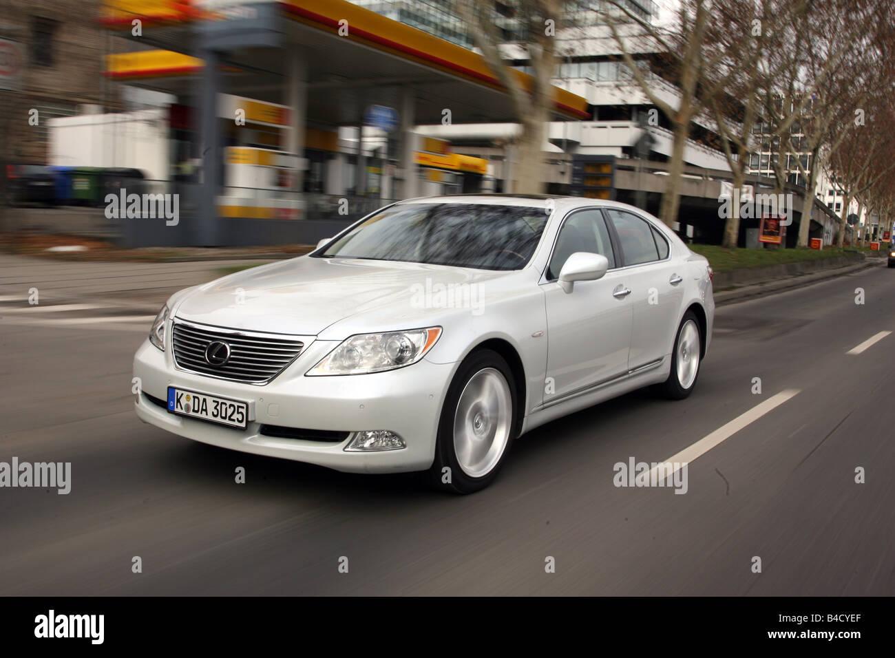 Lexus LS 460 l'impression d'ambiance, l'année de modèle 2007-, blanc, la conduite, la diagonale Photo Stock