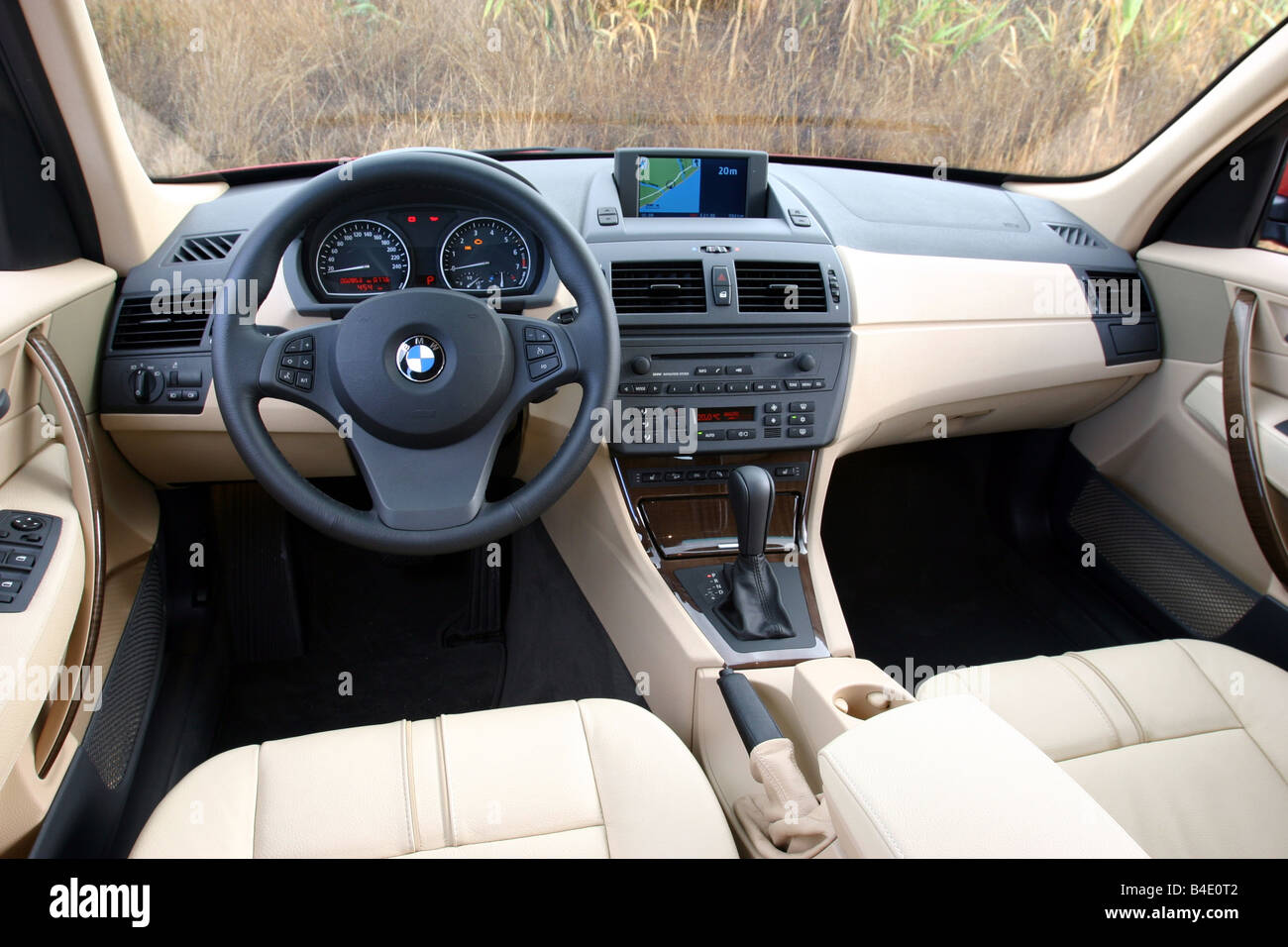 voiture bmw x3 v hicule cross country l 39 ann e de mod le 2003 rouge fghds conduite debout. Black Bedroom Furniture Sets. Home Design Ideas