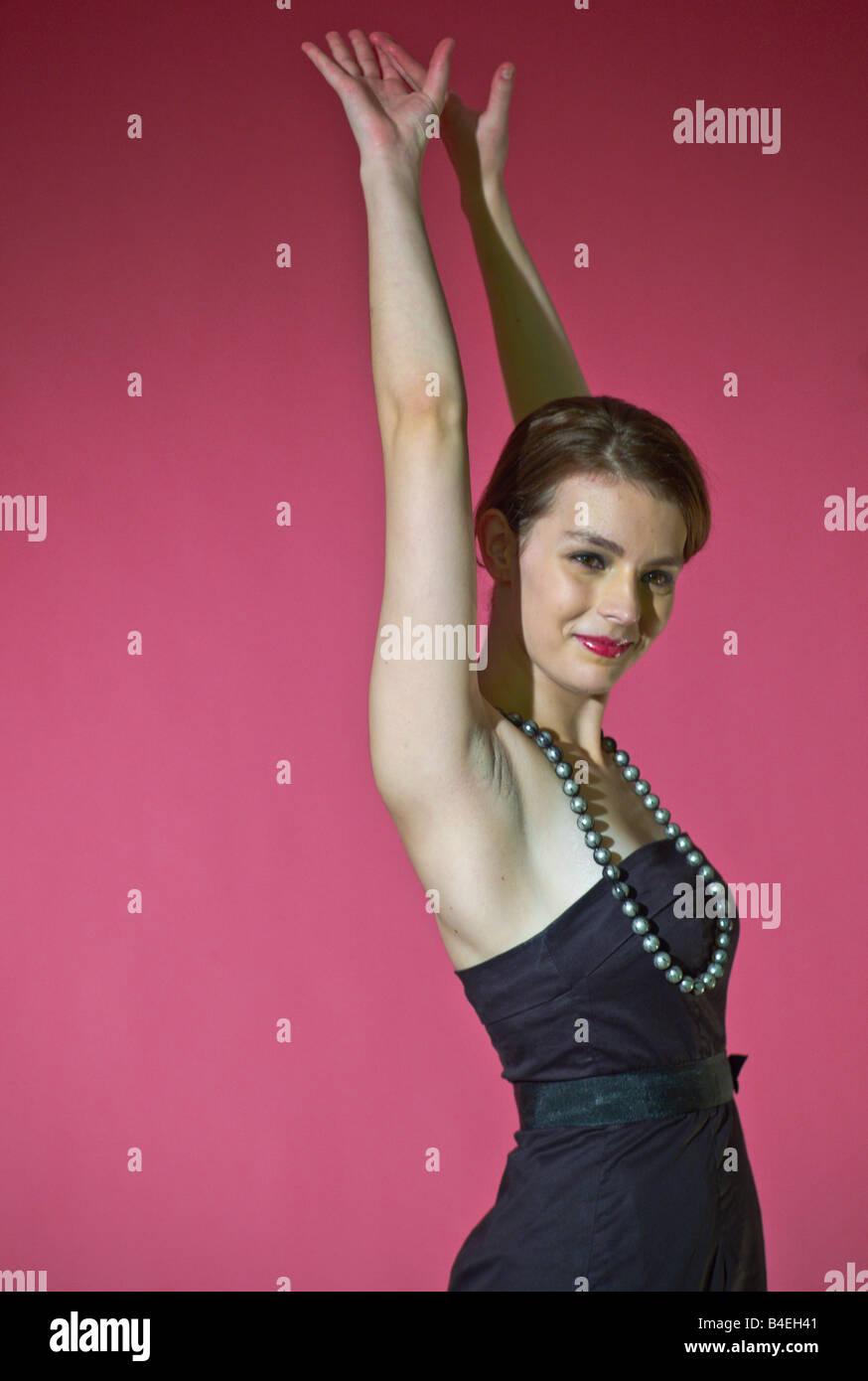 Jeune modèle fond rose, modèle publié Banque D'Images