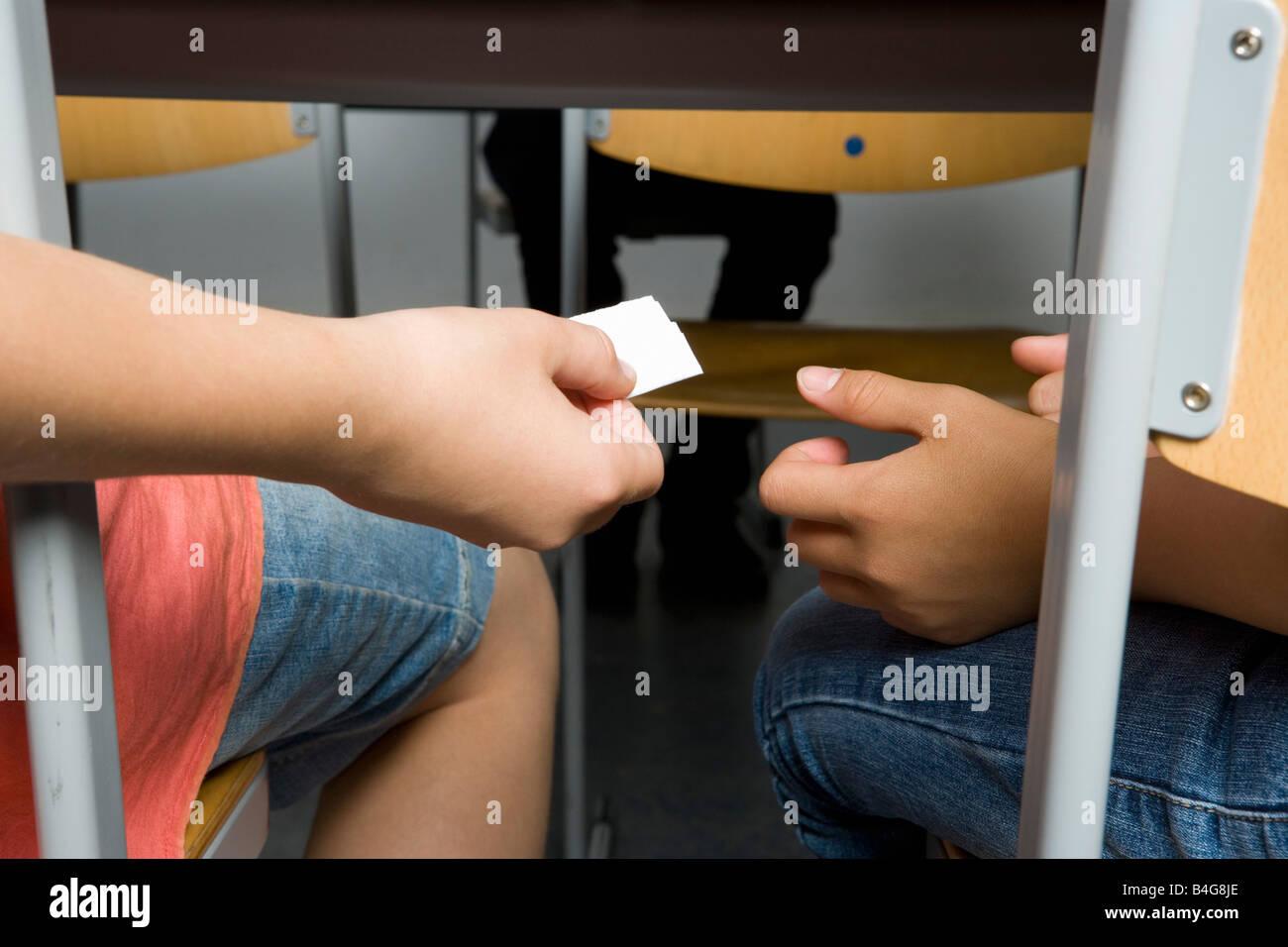 Deux pré-adolescentes passant d'une note Photo Stock