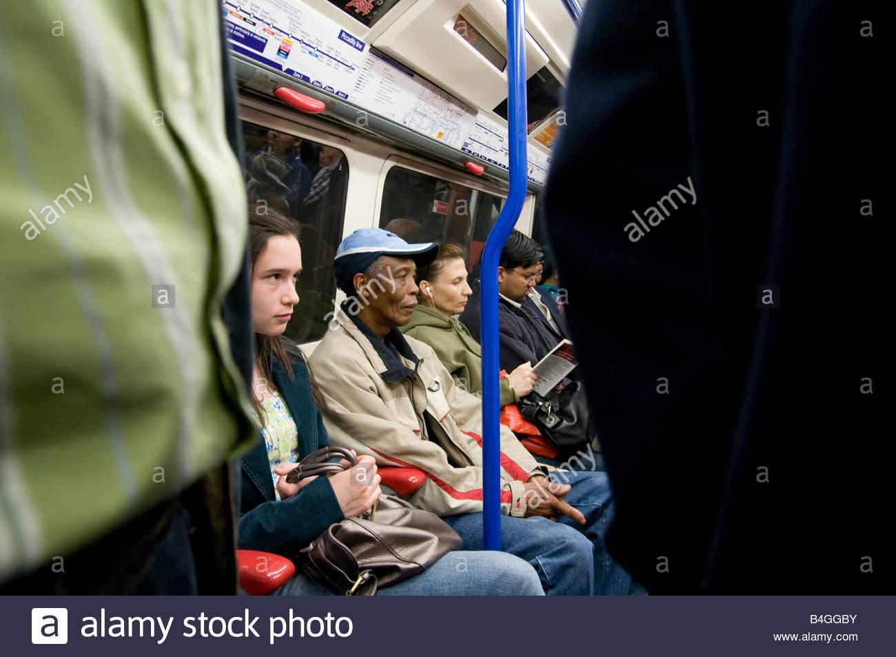 Les passagers d'un train du métro de Londres Photo Stock