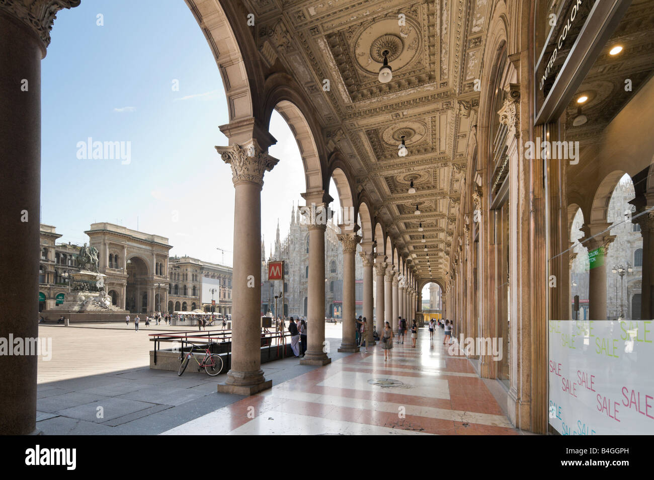 Shopping Arcade donnant sur la cathédrale et la galerie Vittorio Emanuele II, Piazza del Duomo, Milan, Lombardie, Photo Stock