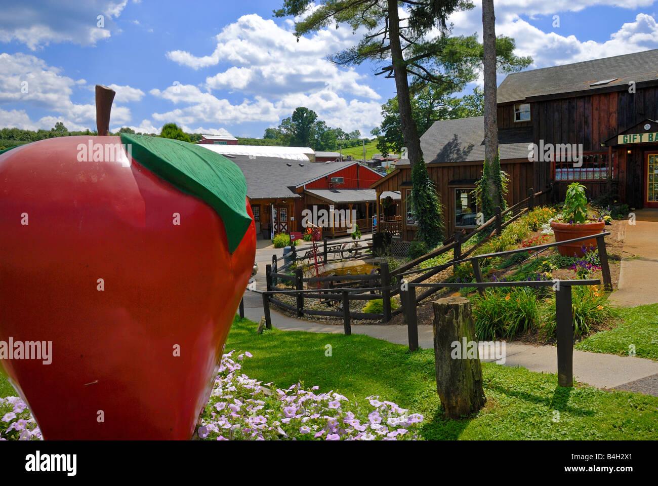 Ce big apple est en face de Soergel's Orchard & Farm Market, une attraction populaire à Wexford, en Photo Stock