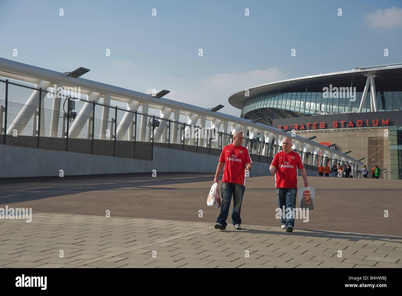 Deux supporters arsenal Arsenal port shirts et de transporter les sacs d'Arsenal. Photo Stock