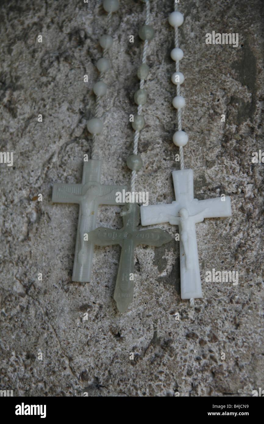Trois rosaires sur côté route de culte à rome Photo Stock