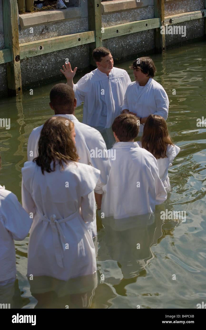 Le pasteur Eric Spivey L de l'Église baptiste de Beaufort effectue une immersion complète river le Photo Stock