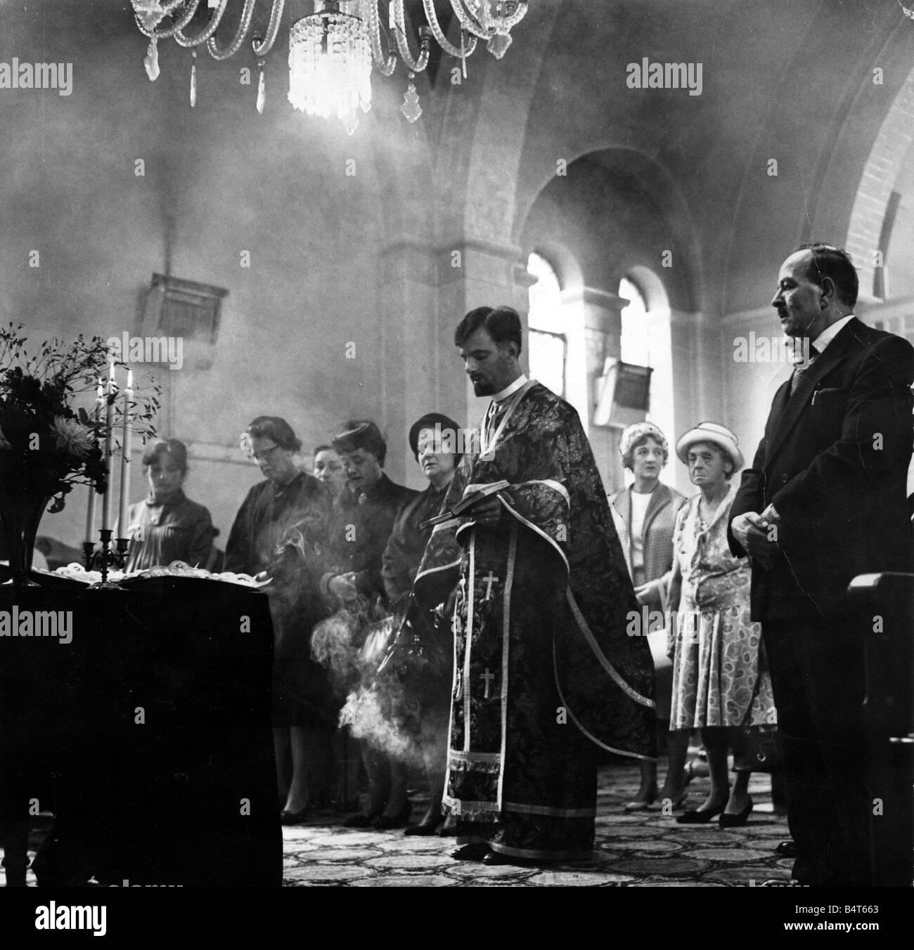 L'encens brûle comme père Spiros Desylas entonne au cours d'un service à l'Église Photo Stock