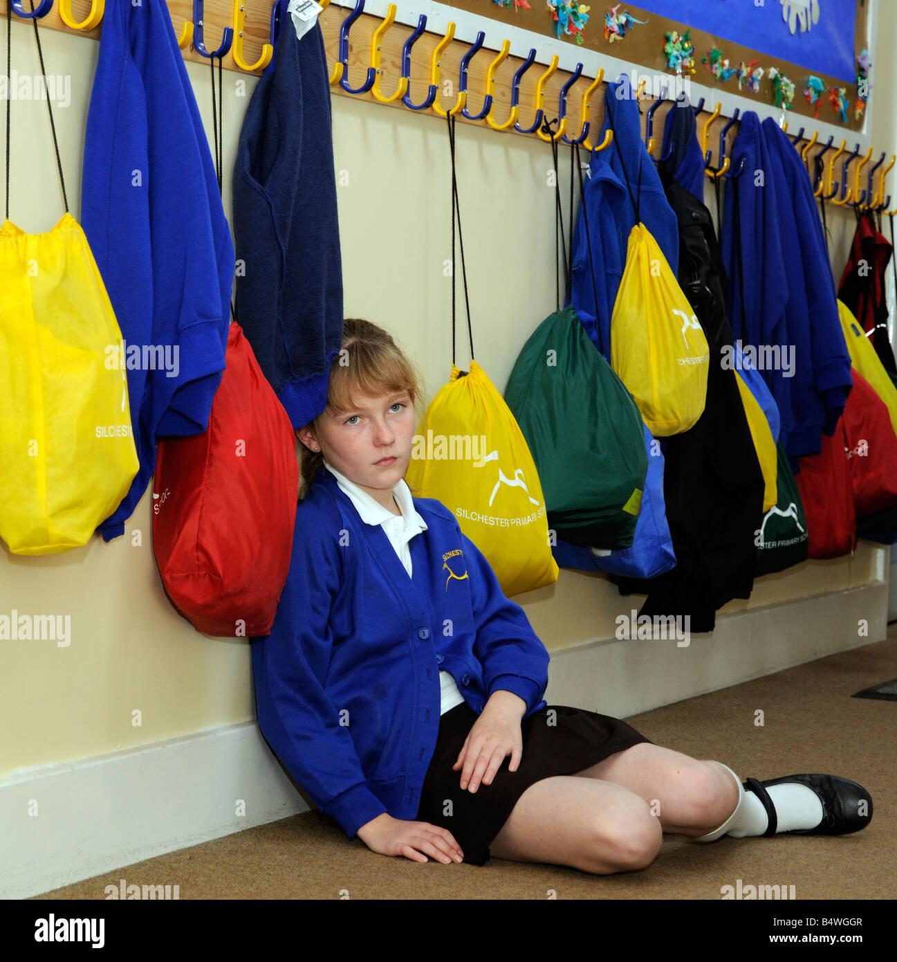 Lycéenne avoir été intimidés assis dans le corridor de l'école Photo Stock