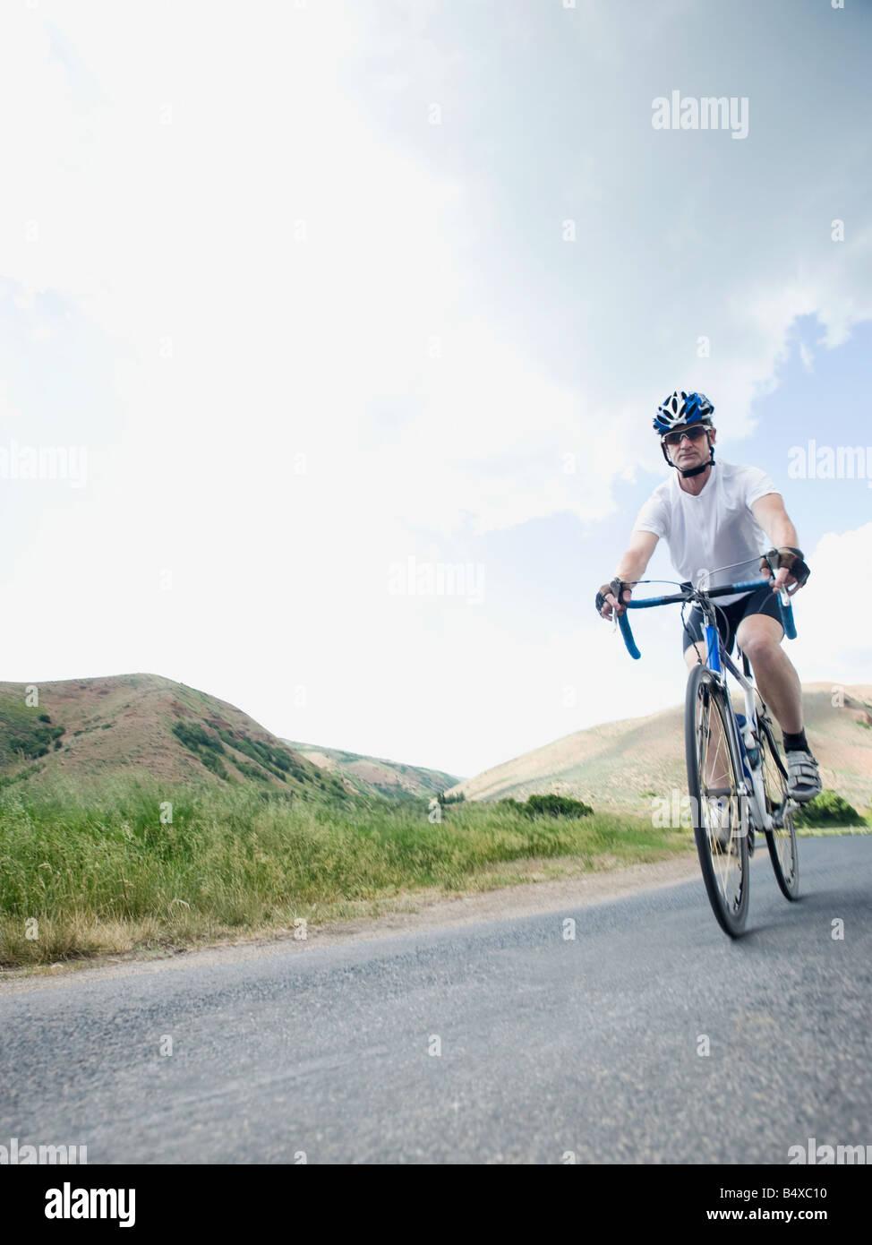 Cycliste sur route de campagne Photo Stock