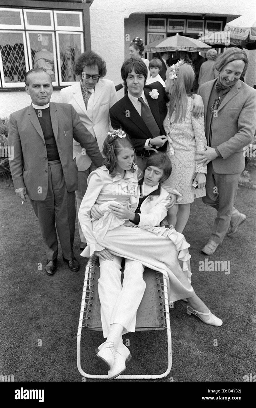 Juin 1968 les Beatles Paul McCartney Jane Asher et Roger McGough et John Gorman de l'échafaudage assister à la réception Banque D'Images