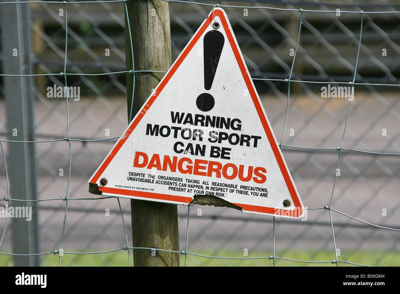 Motor Sport peut être dangereux sign post Photo Stock