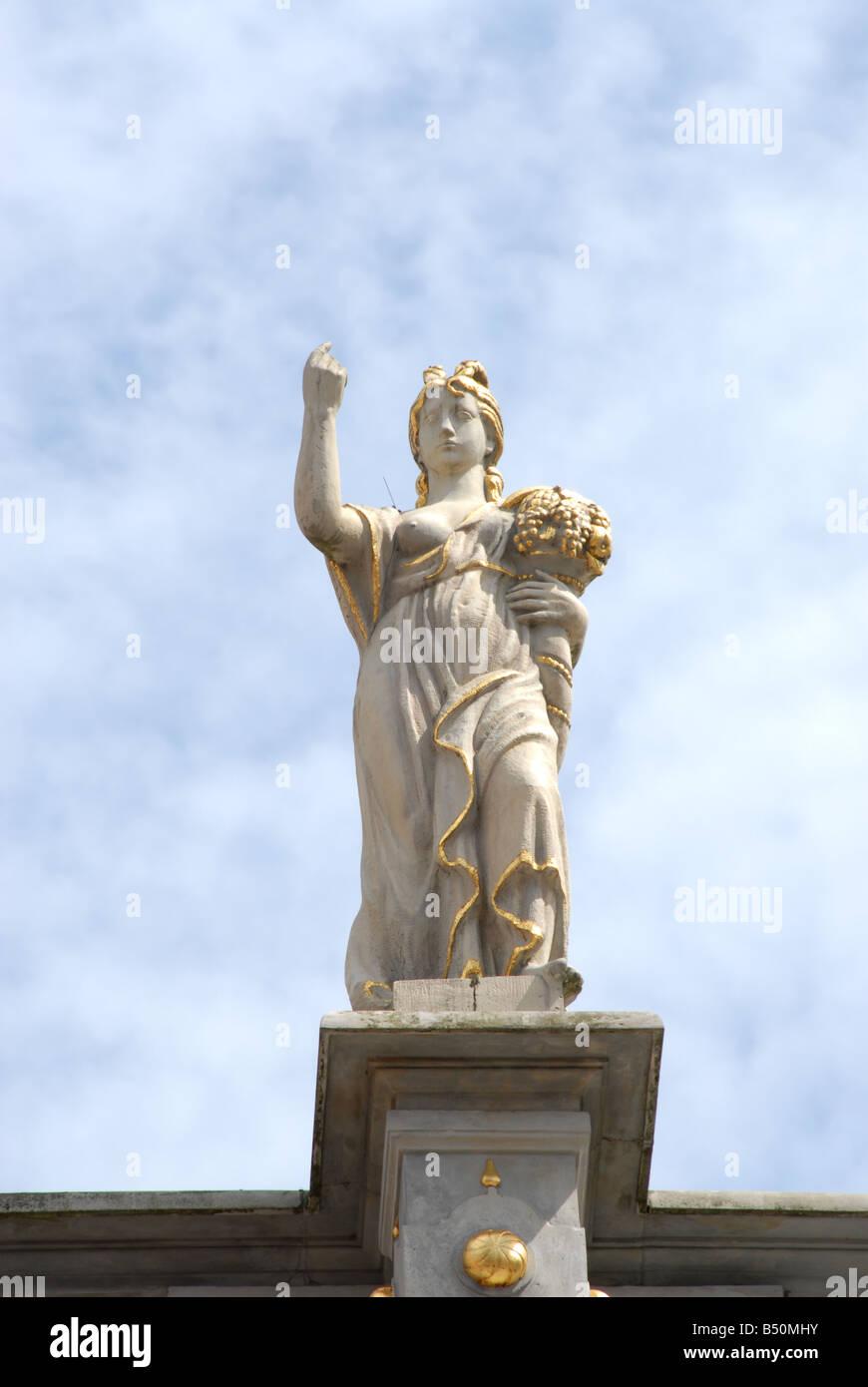 Des statues de femmes sur le Golden Gate Zlota Brama Gdansk Pologne Photo Stock