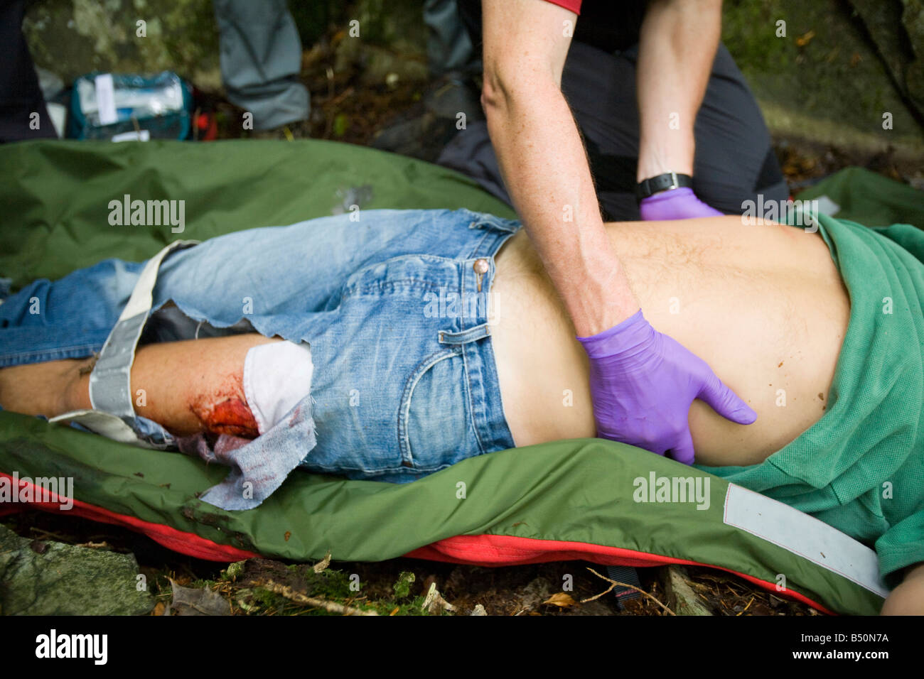 Les membres de l'équipe de sauvetage en montagne Langdale Ambleside traiter un blessé walker dans Photo Stock
