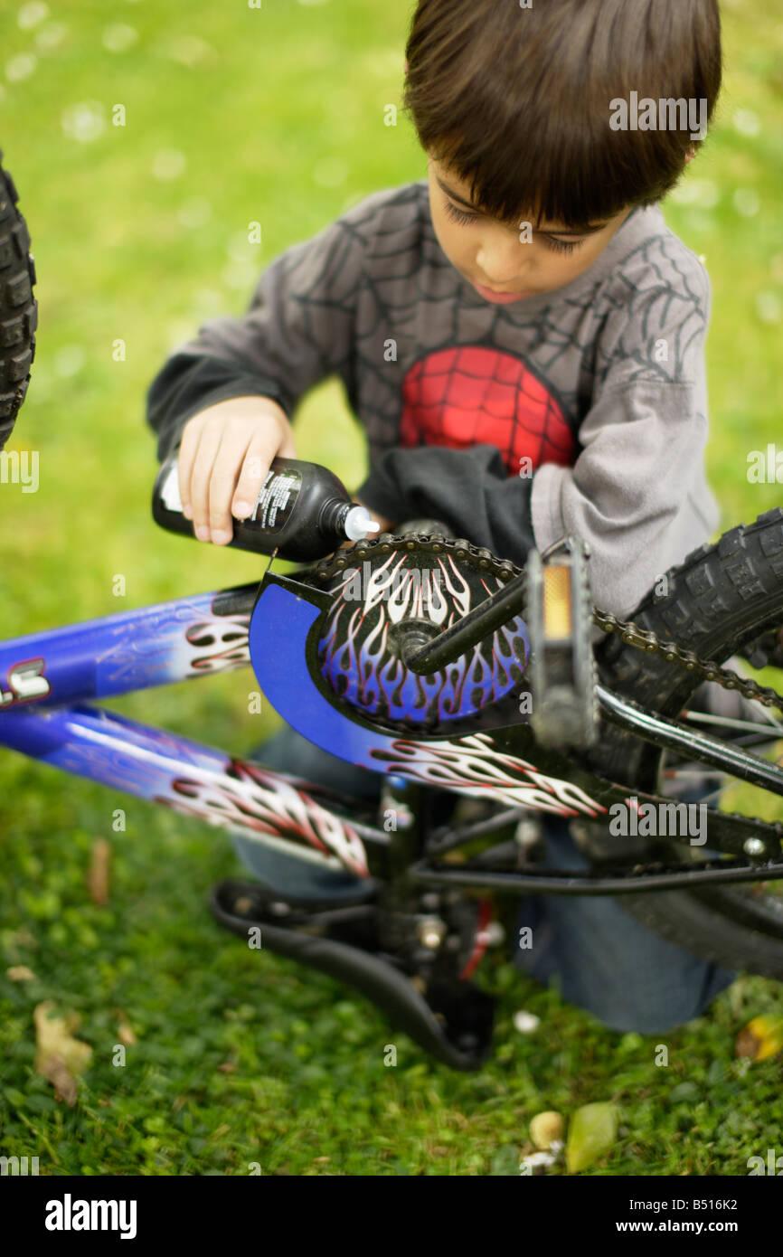 Huiles de chaîne de vélo garçon Banque D'Images