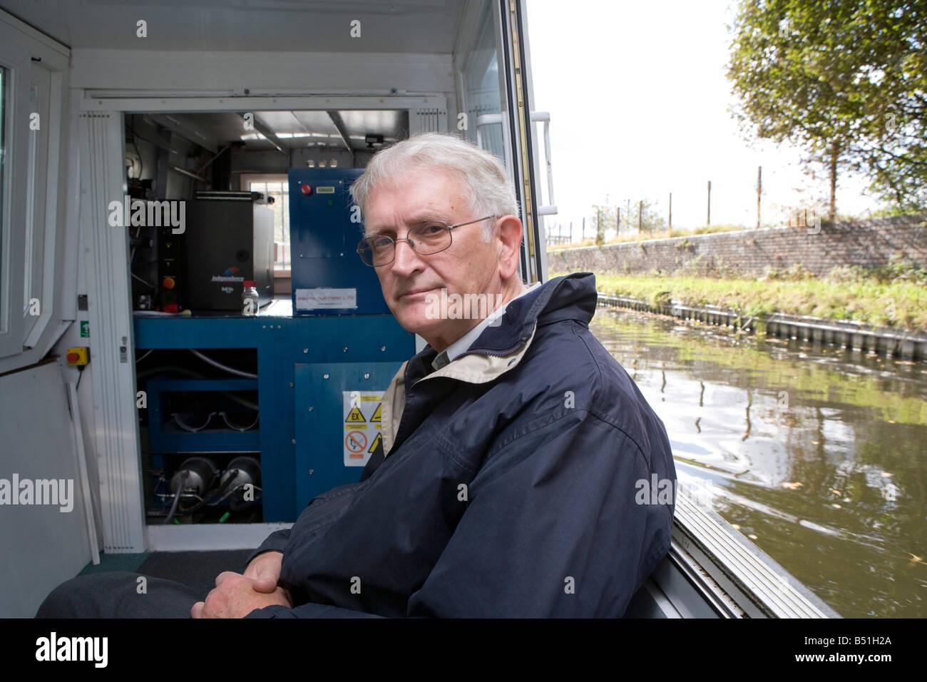 Rex rofessor Harris qui a mis au point le bateau est en face de la pile à combustible et les vérins d'hydrure Photo Stock