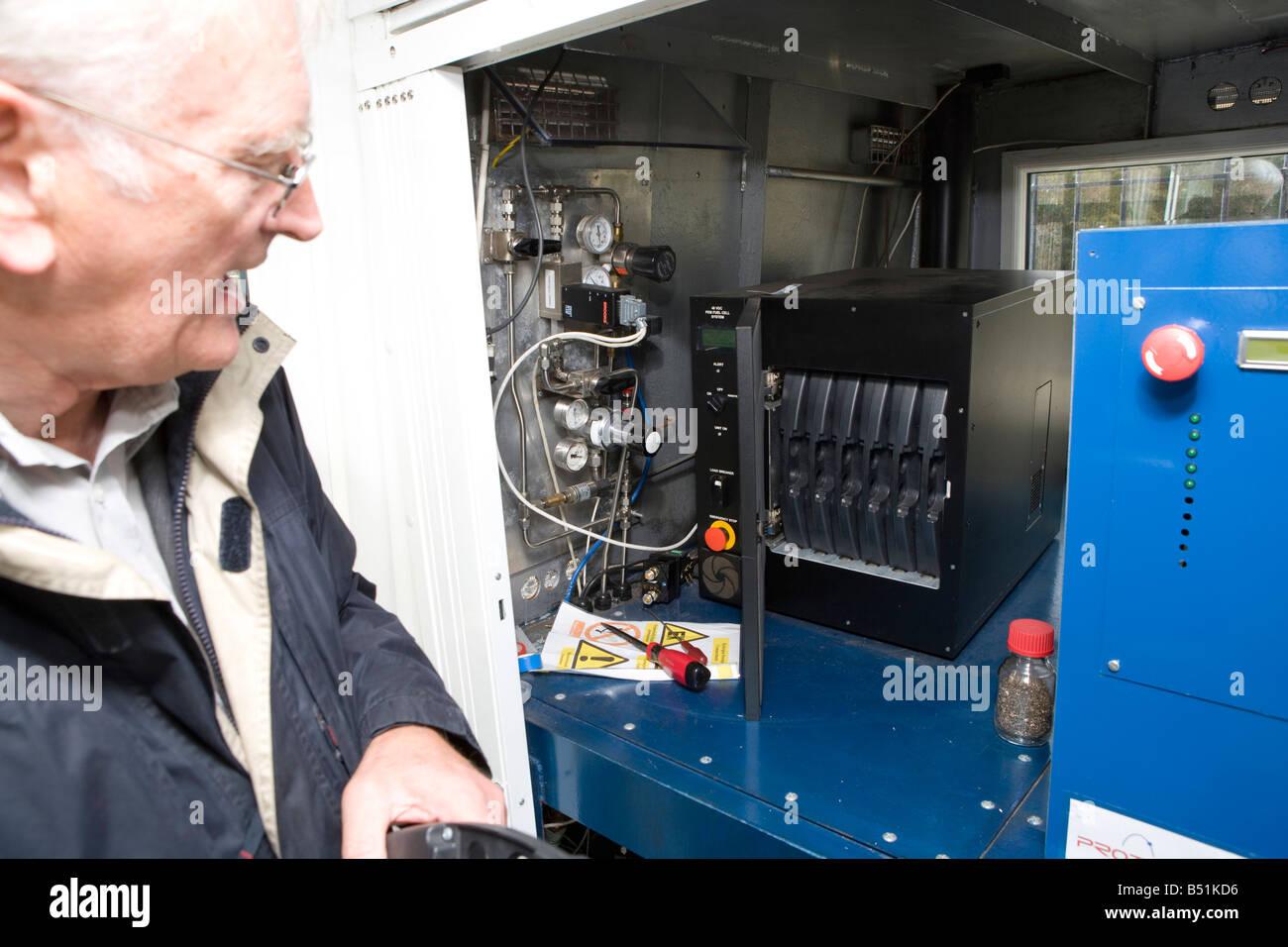 Le professeur Rex Harris qui a mis au point le voile se situe en face de la pile à combustible Photo Stock