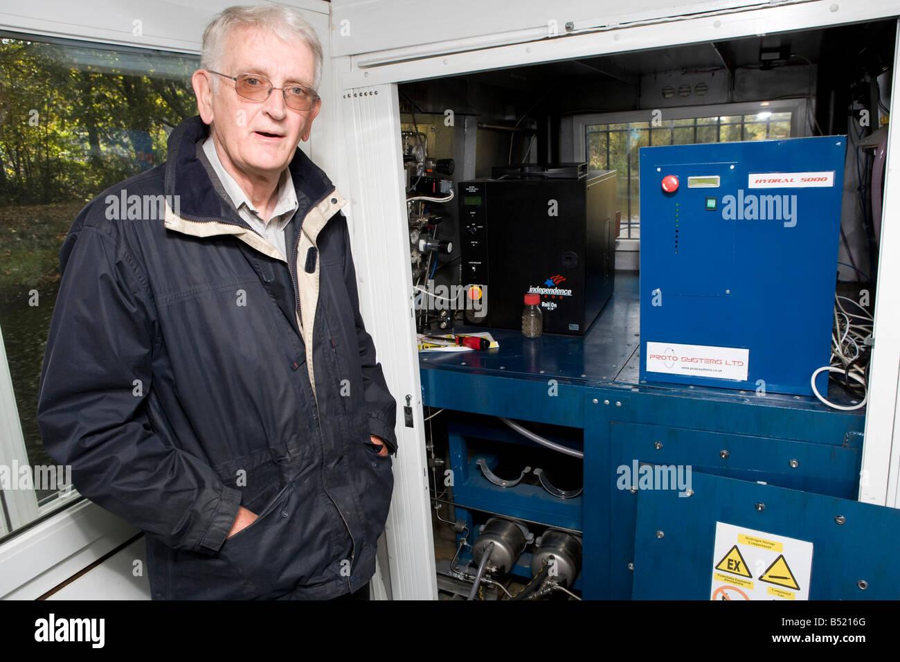 Le professeur Rex Harris qui a mis au point le voile se situe en face de la pile à combustible et les vérins Photo Stock