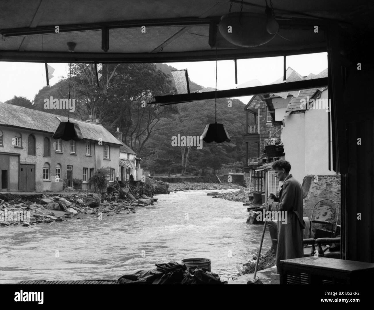 La scène en Dulverton où une femme a été emportée dans sa maison après la rivière a augmenté de vingt pieds de haut dans l'espace de quelques minutes . Août 1952 C4090 Banque D'Images