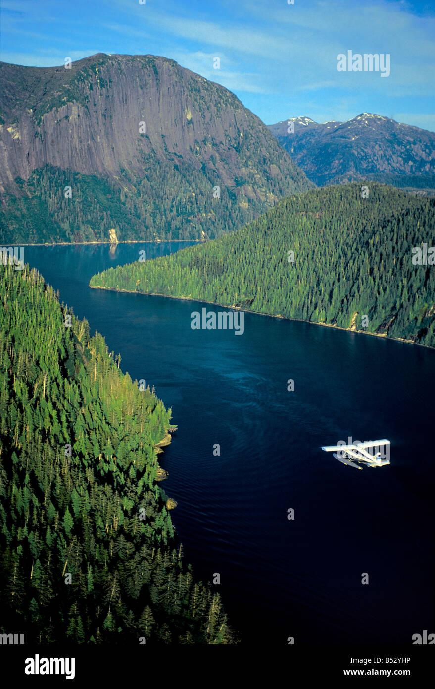 Vue aérienne de l'hydravion survolant de Misty Fjords' *Punchbowl* dans le sud-est de l'Alaska Photo Stock