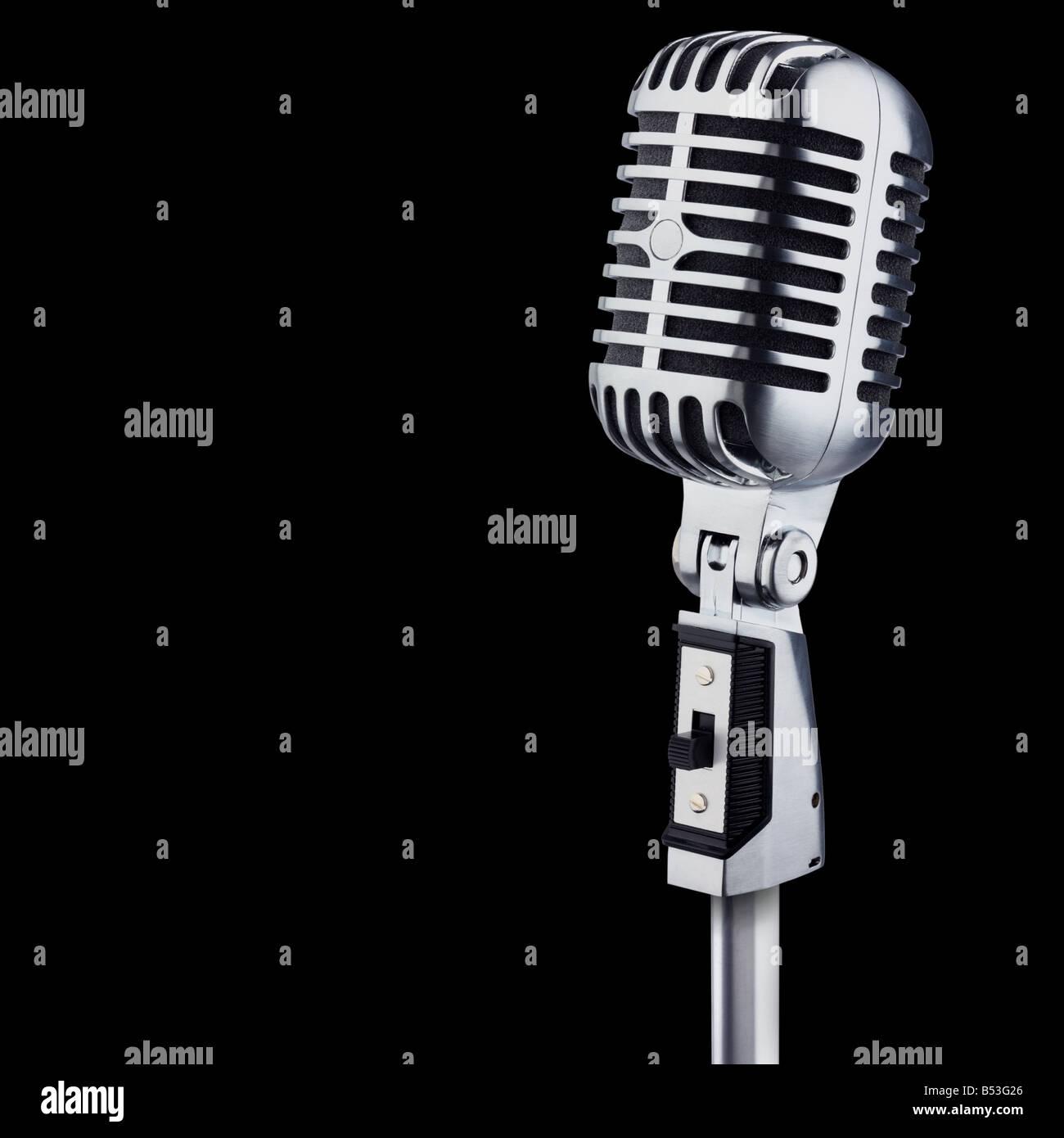 Microphone Vintage sur fond noir Photo Stock