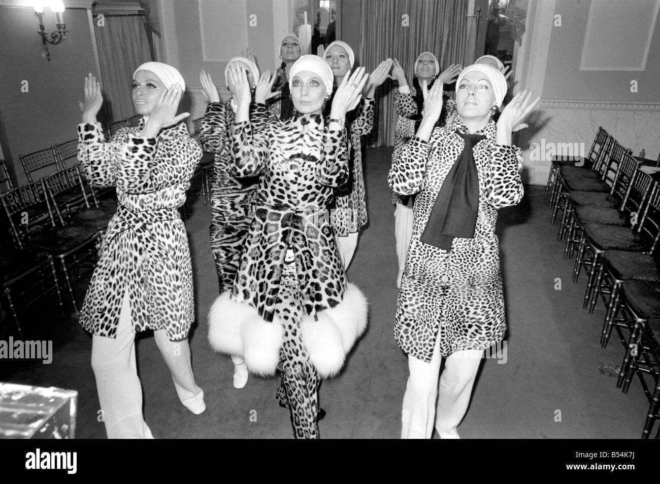 Christian Dior a montré aujourd hui à Londres une collection de fourrures  pour l hiver 69-70 de Paris. Les filles qui ont montré les fourrures, est  venu 09f5362fb20