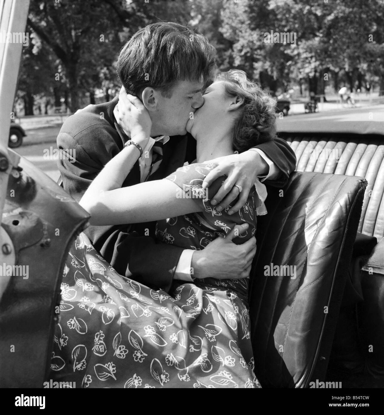 Image D Amoureux Qui S Embrasse la romance. un jeune couple amoureux qui s'embrassent. août 1953