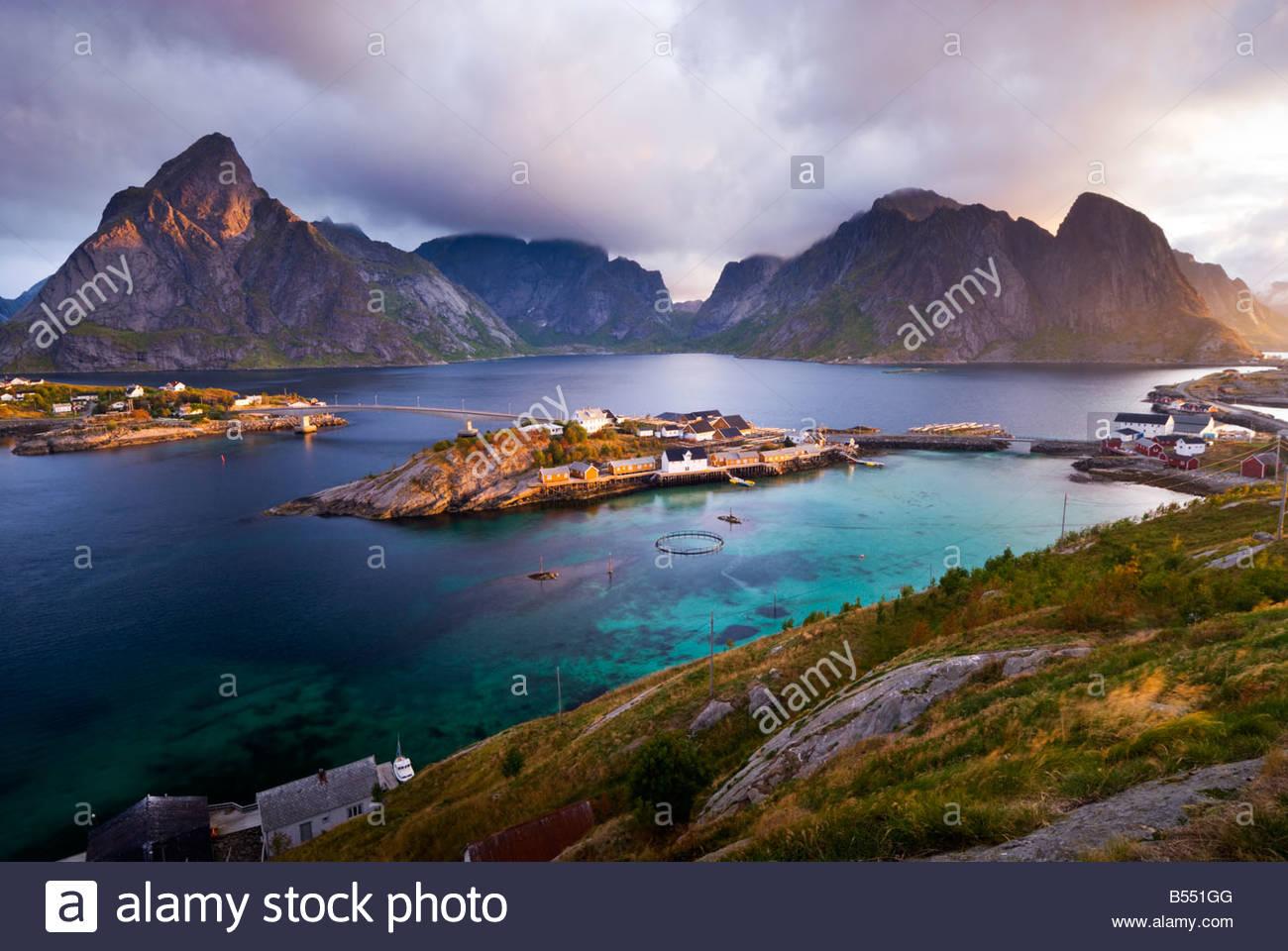 Lever du soleil sur la dramatique hameau de Sakrisøy, près de Reine, les îles Lofoten, Norvège. Photo Stock