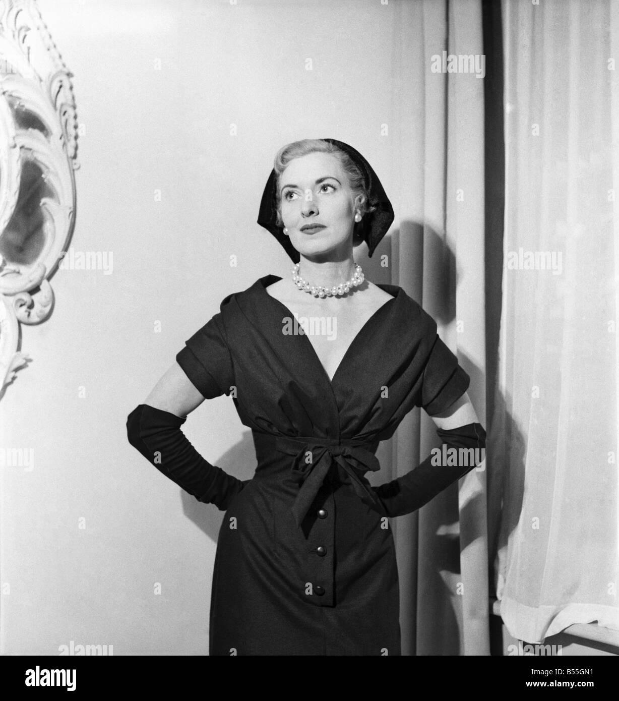 Christian Dior de Londres a montré une collection de costumes, manteaux et  dressess à Maddox-st., W.1. Décembre 1953 9f53fa5d1e7